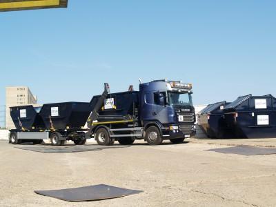 Containerdienst mit Abrollcontainer und Absetzcontainer